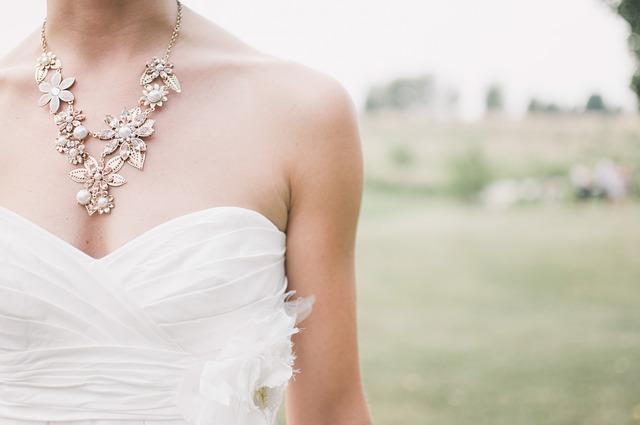 nevěsta s náhrdelníkem