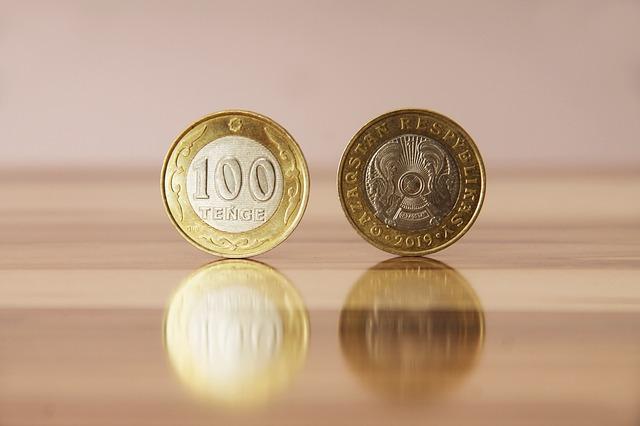 rub a líc, drobná mince na stole, odraz