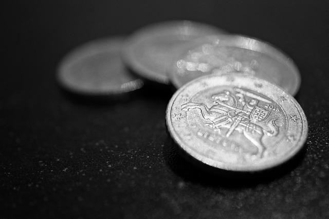 drobné stříbrné mince, detail