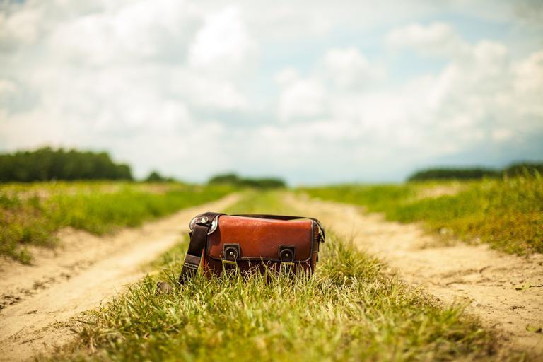 Kožená kabelka v trávě